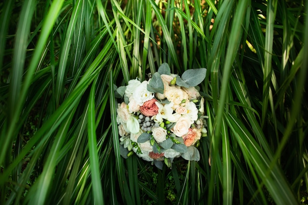 結婚式の詳細。緑の背景に花嫁の花束