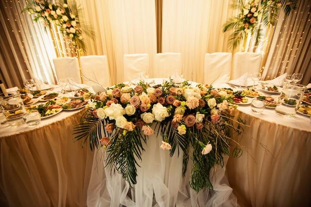 花と電球の素朴な結婚式の装飾。宴会の装飾
