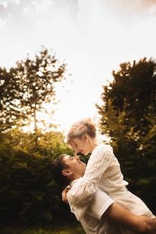 一緒に公園で一日を楽しんで幸せな若いカップルの肖像画