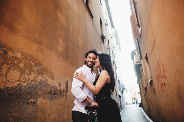 旧市街でお互いに優しく寄りかかっている愛情のあるカップル。