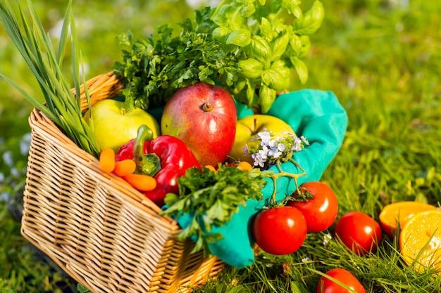 庭の枝編み細工品バスケットで新鮮な有機野菜