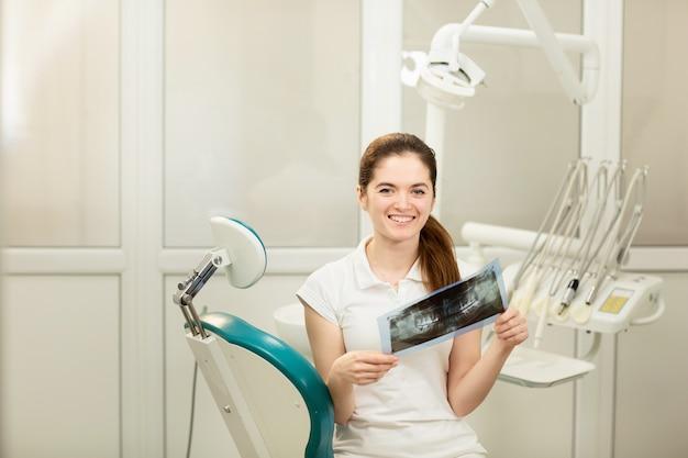 Женский врач или стоматолог, глядя на рентген. концепция здравоохранения, медицины и радиологии