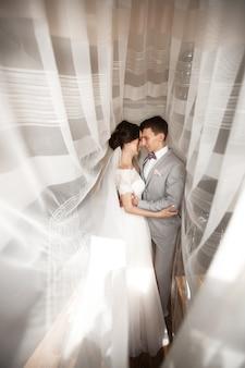 結婚式の日に若いカップルを受け入れる