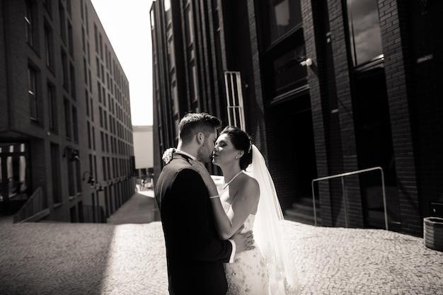 街を歩いて新郎新婦、結婚式の日、結婚。都市の新郎新婦。結婚式の日の若いカップル。