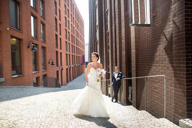 Жених и невеста гуляют по городу, день свадьбы, брак. жених и невеста в городских. молодая пара в день свадьбы.