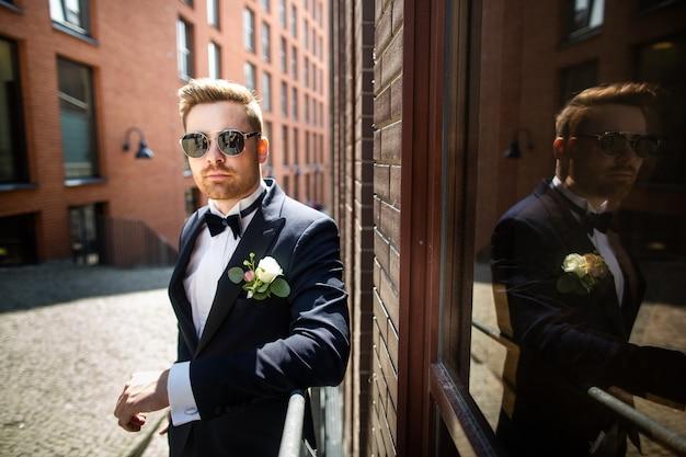 街を歩いて、新郎の肖像画。結婚式の日、結婚。都市の新郎新婦。
