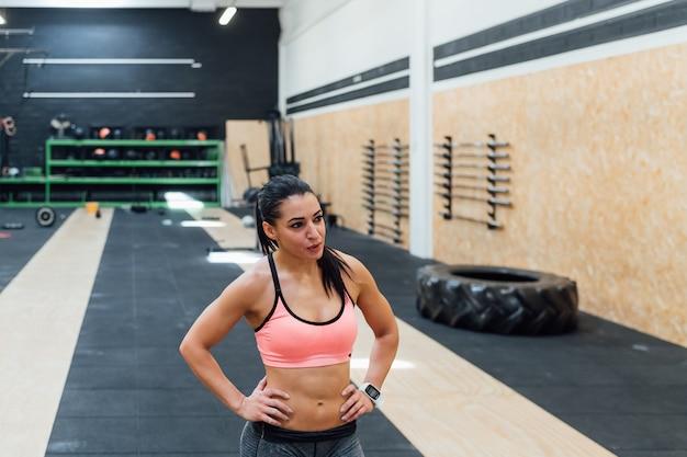 Тренировка молодой женщины