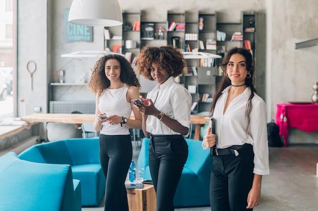 屋内作業創造的なチームの若い女性