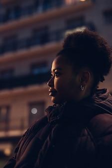 通りでポーズをとって若い黒人少女