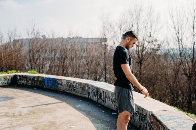 屋外トレーニング後の若い男