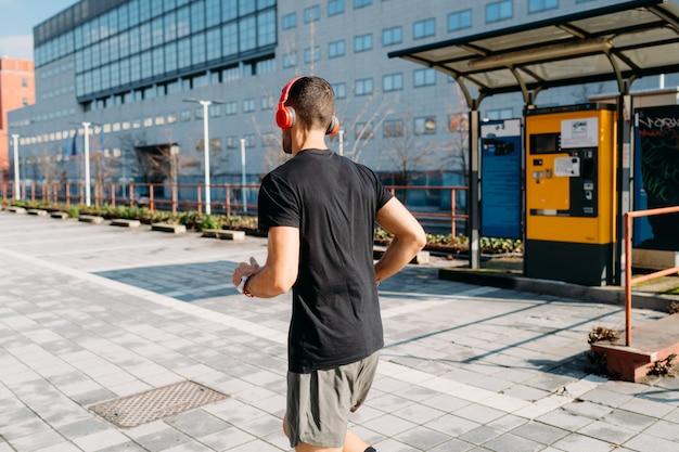 屋外トレーニングを実行している若い男