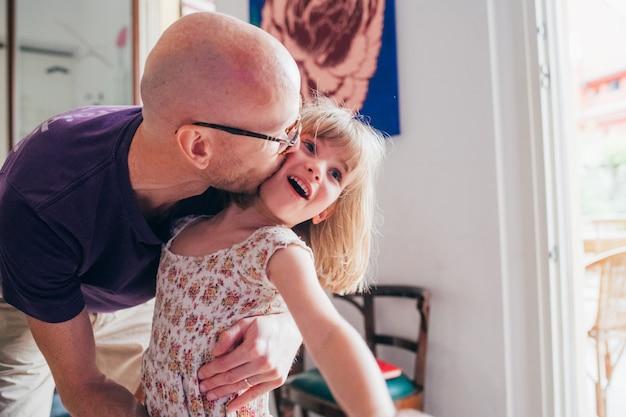Отец-одиночка обнимает свою дочь