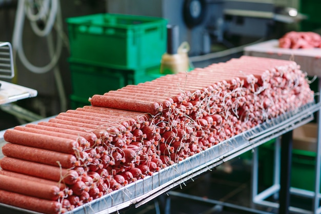 ソーセージ作り、工場での食料生産。