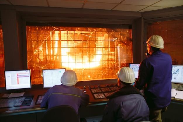 コントロールパネル。鉄鋼生産のための工場。