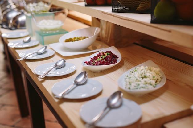 ホテルまたはレストランでのビュッフェ式朝食。
