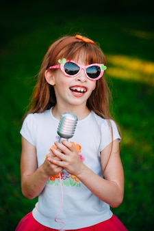 Маленькая девочка поет караоке