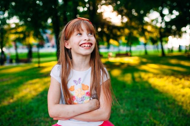 笑っている女の子、陽気な肖像画。
