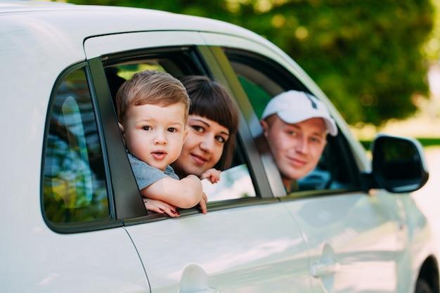 新車で幸せな家族。自動車。