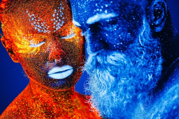 ひげを生やした男性と女性の肖像画は、紫外線粉末で描かれています。