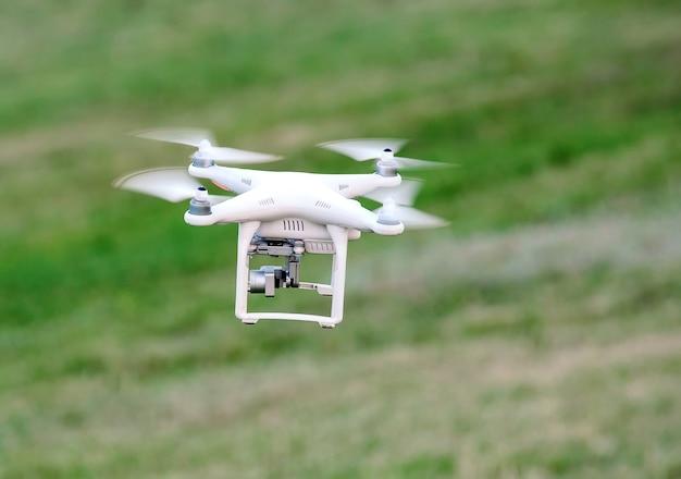 緑の芝生に着陸するドローン
