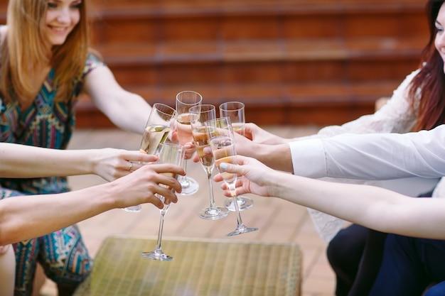 お祝い、乾杯のシャンパンのグラスを持っている人