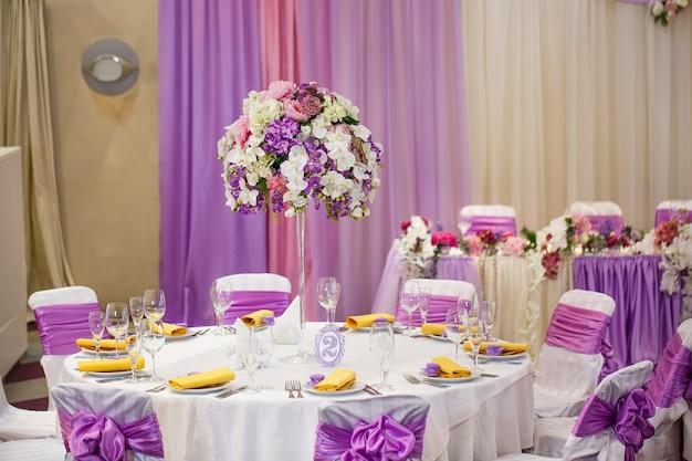 結婚式やその他のイベントディナーのテーブルセット