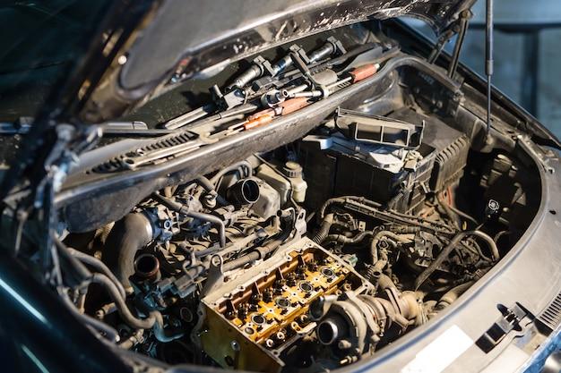 修理のために分解された自動車