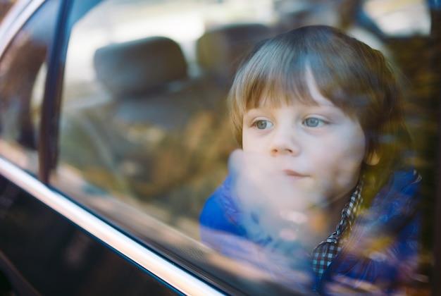Мальчик в машине.