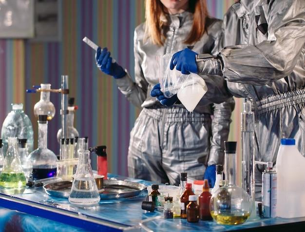 化学者は研究室で薬を作ります。
