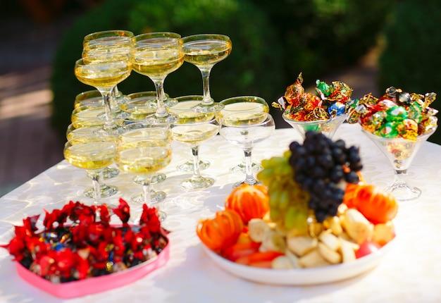 結婚式のビュッフェテーブル