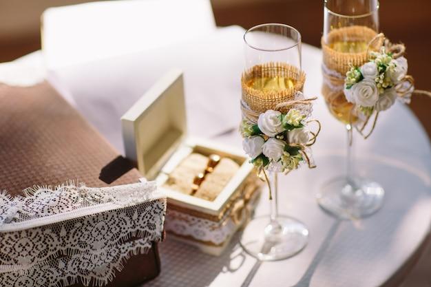 結婚式。シャンパンで結婚式のメガネ。結婚指輪。