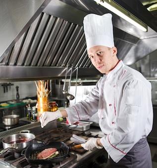 調理パン、ストーブでレストランのキッチンでシェフ