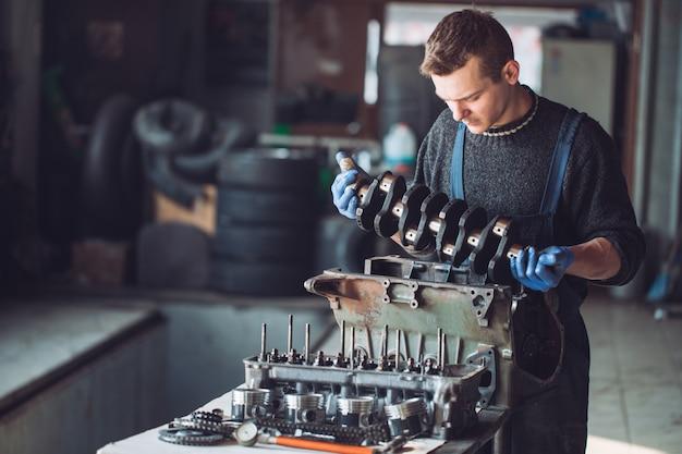 マスターは車用に再構築されたモーターを収集します。
