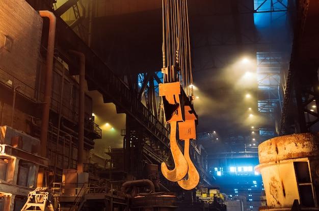製鉄所での金属の溶解。冶金産業。