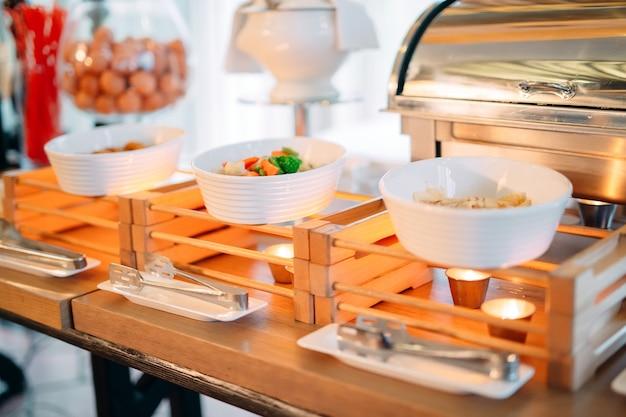 ホテルやレストランでスクランブルエッグを作るための材料。ショーキッチン。