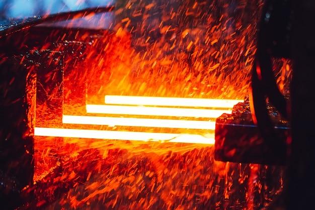 製鉄所のコンベア上の高温鋼