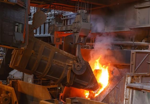 鋳造工場での金属の製錬