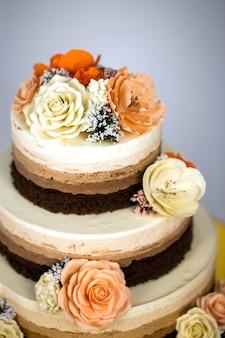 裸のケーキ花と素朴な結婚式のケーキ。