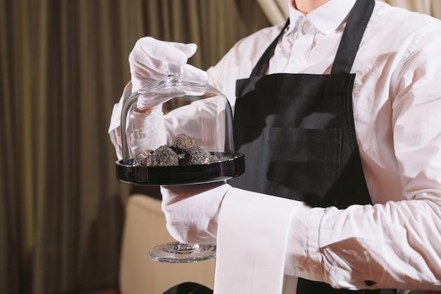 レストランシェフの珍味。トリュフビーガンフードマッシュルーム。ウェイターサービス食事コンセプト