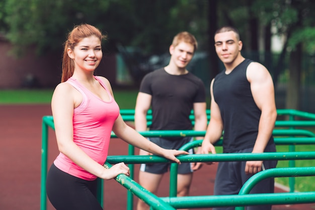 Молодые люди отдыхают после тренировки на спортивной площадке.