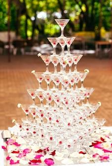 お祝い。シャンパングラスのピラミッド。
