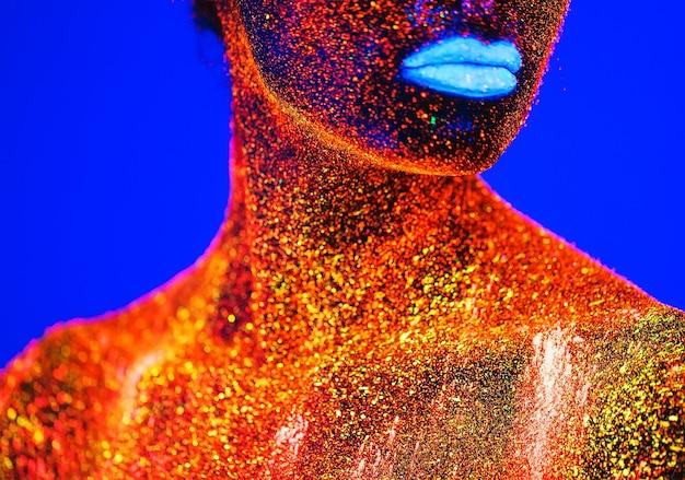 蛍光粉で描かれた女性の肖像画。