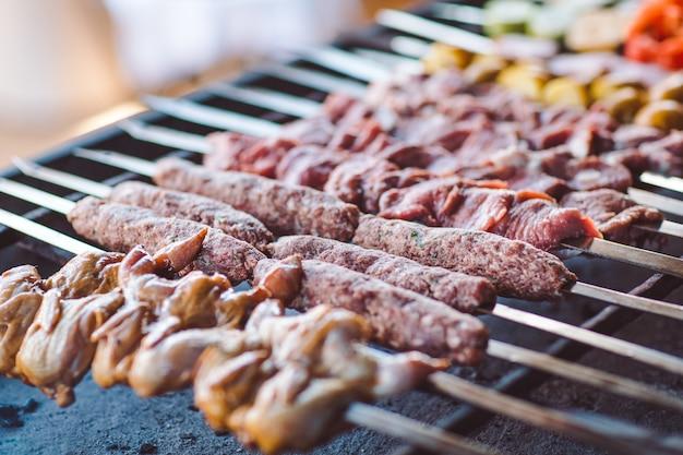 レストランでのさまざまな種類の肉のバーベキュー