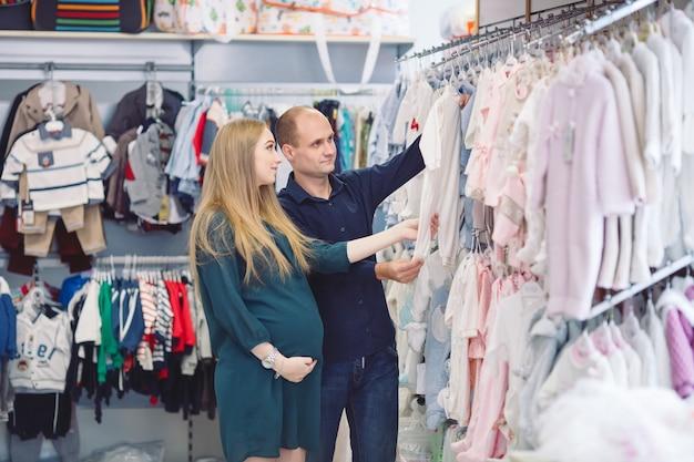 赤ちゃんの買い物の夫と妊娠中の女性。