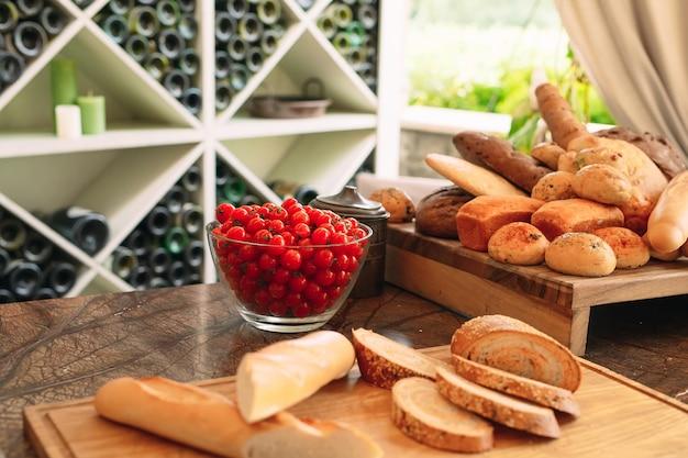 Разнообразие хлеба и черри помидоры.
