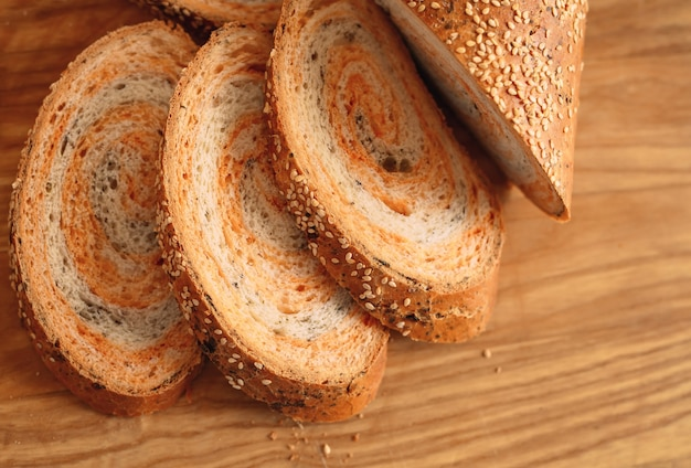 Свежеиспеченный домашний традиционный ручной нарезанный хлеб.