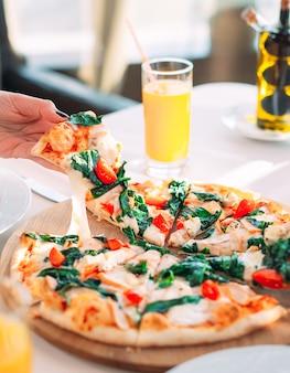 レストランでピザを食べる若い女の子