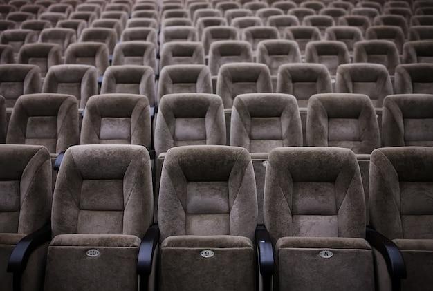 劇場の空の快適な座席