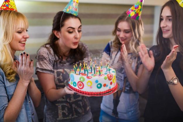 День рождения, женщина с тортом при свечах.