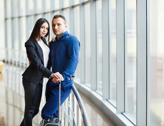 Пара в любви на отдыхе. пара стоит в аэропорту.